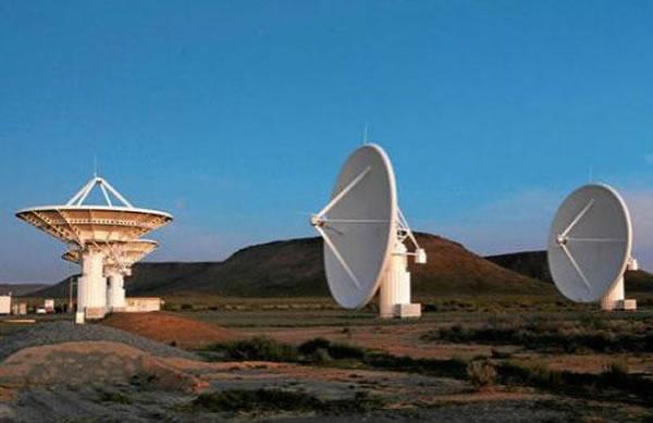 """南非的""""平方公里阵列""""项目望远镜"""