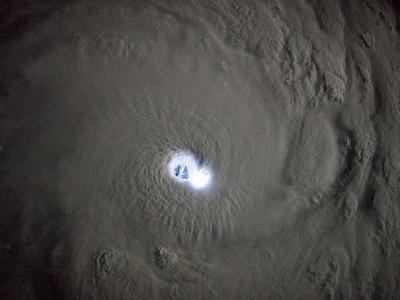 """国际太空站意大利女太空人在太空拍摄到台风""""班西""""风眼中的闪电"""