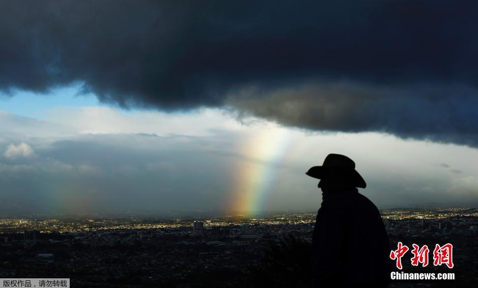"""古巴圣何塞市""""耶稣光""""彩虹穿透乌云"""