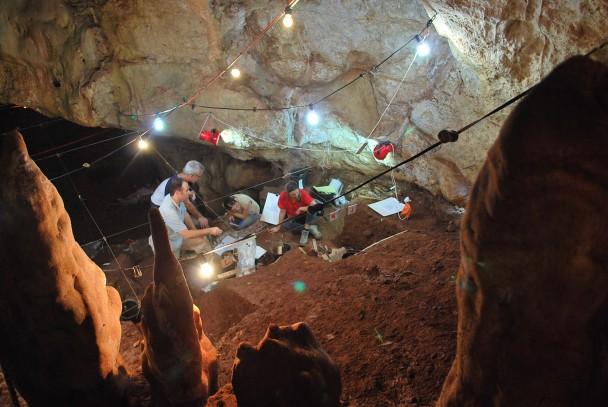 工作人员在洞穴内发挖