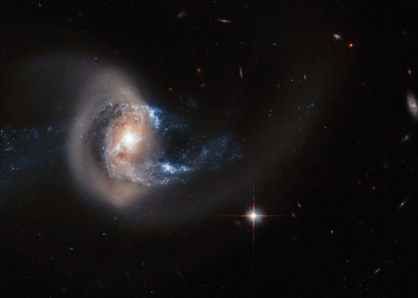 NGC 7714利用从NGC 7715拉过来的物质制造新星体,故中心特别明亮。