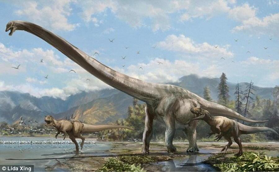 """中国龙是否真实存在?目前,中国重庆市綦江县挖掘发现一具""""綦江龙""""骨骼化石,可能是中国传统文化中龙的原型。如图所示,这是艺术家描绘的綦江龙,两头食肉恐龙正在追赶一"""