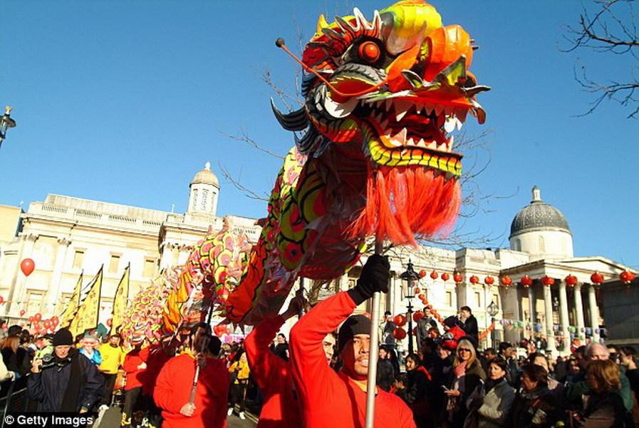 中国传统文化中的龙造型是身体蜿蜒前行,在传统节日和庆祝活动中会有舞龙节目,中国龙像綦江龙一样,也拥有长长的脖颈。