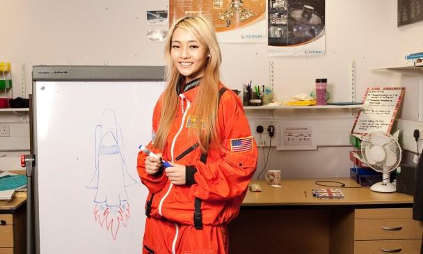玛吉指获甄选上火星的太空人,必须学会生活技能,连通渠也不例外。
