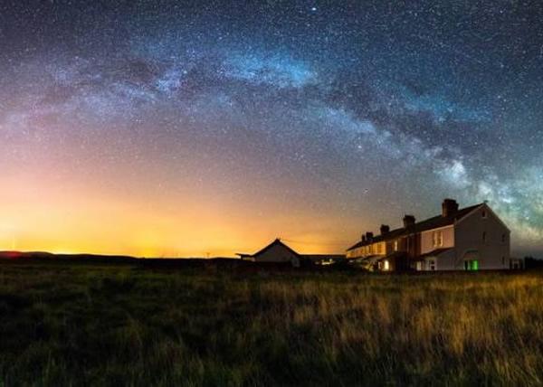 在班纳特的镜头下,灿烂星空一望无际。