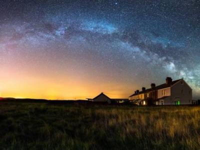 英国怀特岛零光污染 摄影师拍摄震撼璀灿星空