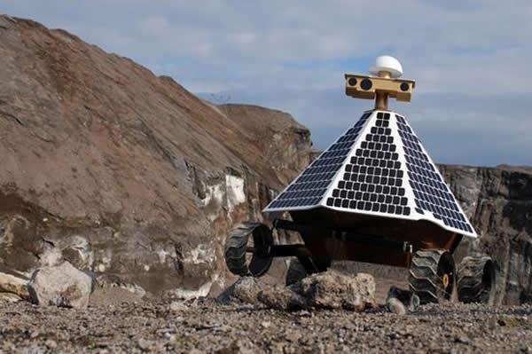 美国Astrobotic团队的漫游车正在一座矿场进行崎岖地形行驶测试。