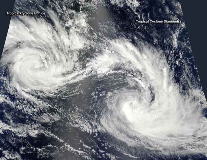 卫星照片显示两大热带气旋Diamondra和Eunice在印度洋中心盘旋