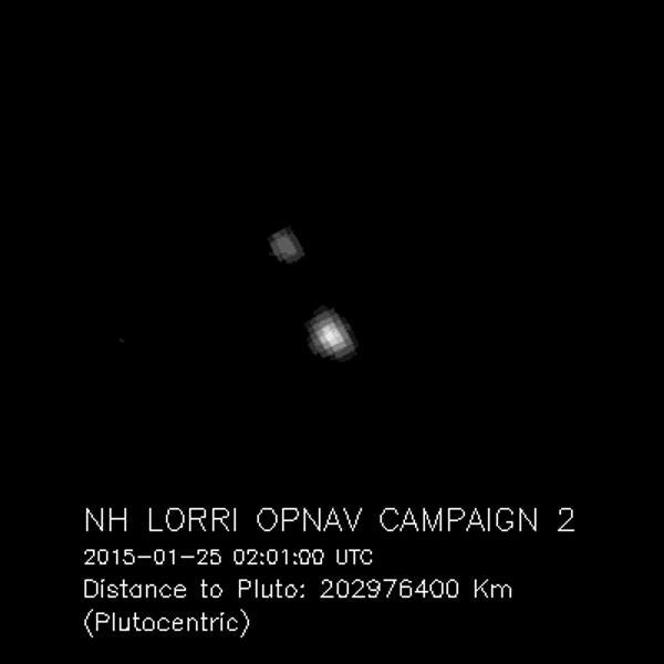 美国宇航局新地平线号探测器拍摄到冥王星及其卫星卡戎的照片