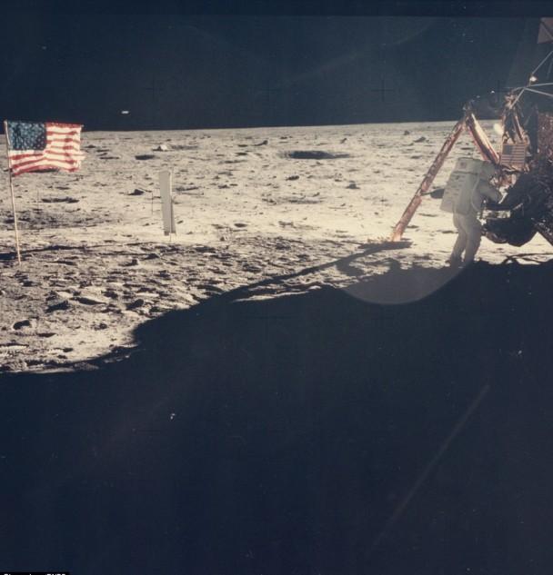 是次拍卖品包括唯一清晰看到阿姆斯特朗在月球的照片