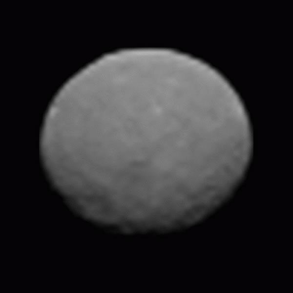 图为曙光号拍摄的谷神星。今年3月,美国国家航空航天局(NASA)发射的探测器曙光号将到达谷神星。谷神星是一颗矮行星,是小行星带中已知最大的天体之一。科学家们认为