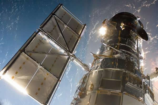 图为哈勃卫星,拍摄于2009年5月13日。到今年4月25日,哈勃空间望远镜就满25周岁了。哈勃卫星于1990年升空,尽管早期曾出现一系列问题,多年来历经修缮,它