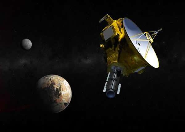 """图为艺术家绘制的新视野号接近冥王星及其三颗卫星时的概念图。从今年1月开始,我们便可以见到冥王星的行踪,但要到7月14号,""""新视野号""""与冥王星擦身而过时、前去造访"""