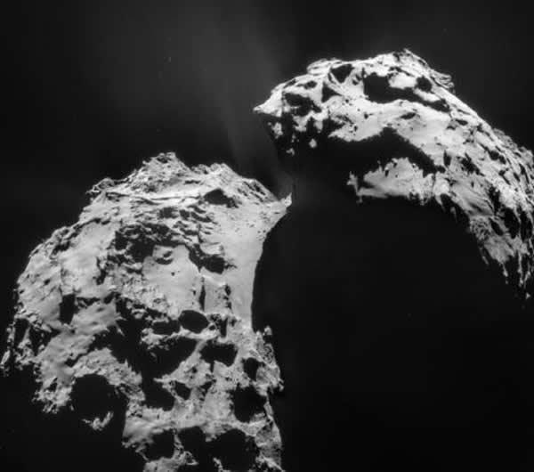 图为罗塞塔号于2015年1月22号、在距67P彗星28米高度拍摄的照片。2014年11月,罗塞塔号成功将菲莱登录器(Philae lander)发射到了67P/