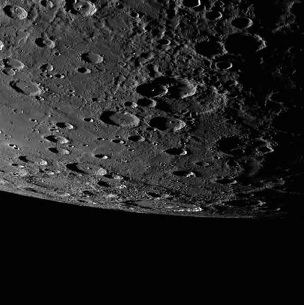 水星表面的陨石坑。信使号探测卫星的任务将在2015年3月宣告结束。它于2004年8月3日发射,并于2011年3月17日进入水星轨道,执行任务达一年之久,为人类传