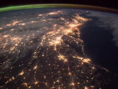 """美国宇航员在国际空间站拍摄到北极光与日出(黎明之光)""""碰撞""""瞬间的震撼场景"""