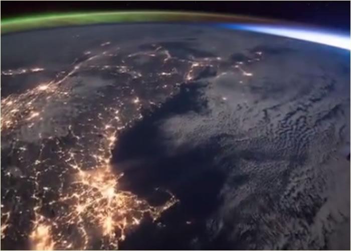 维尔莫直击北极光(左上方)遇上日出(右上方)的一刻