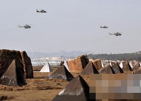 """报道指解放军拥有好几代战机,但缺乏重要的特殊任务战机,其训练也""""不切实际""""。"""