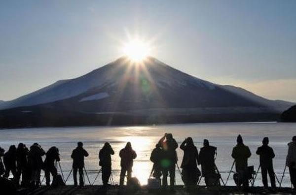 下午4点半的太阳正好经过富士山顶,看起来就像一颗耀眼的钻石。