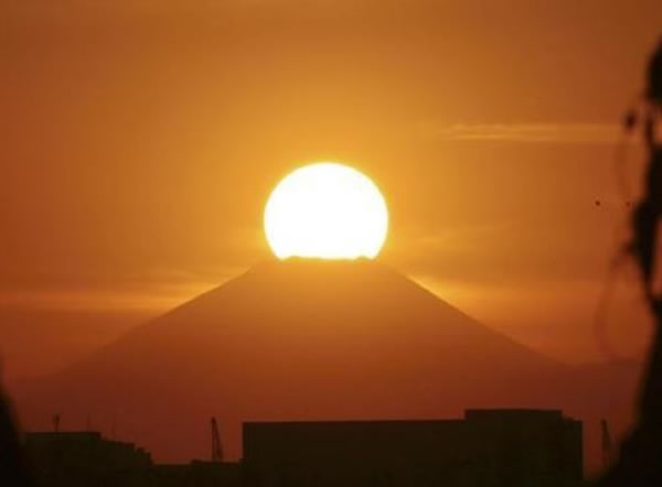 下午5点从东京都方向拍到的「钻石富士」已经不那么耀眼,看起来更像一颗大蛋黄。