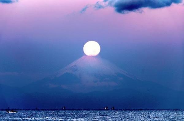 从馆山市海岸边拍到的「珍珠富士」,有种宁静之美。