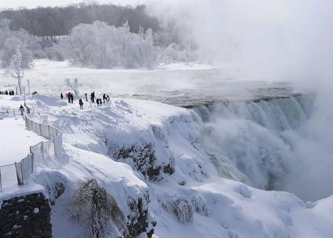 尼亚加拉大瀑布也披上厚重白雪,部分更已结冰。