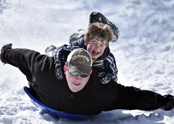 一名慈父携子外出滑冰,玩得不亦乐乎。