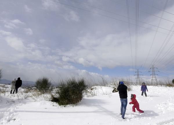 冰雪漫天是一家打雪球大战,联系感情的好时机。