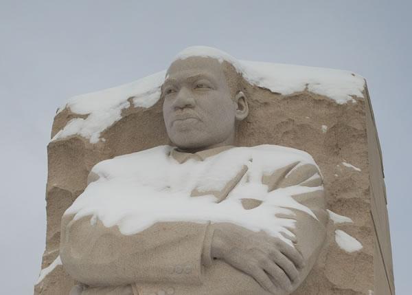 在华盛顿国家大草坪,连黑人民权领袖马丁路德金像也披上皑皑白雪。