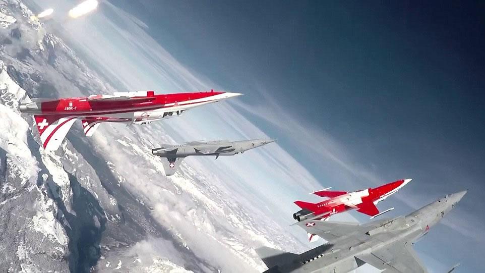 空巴A320客机与F-5E战机组成队形