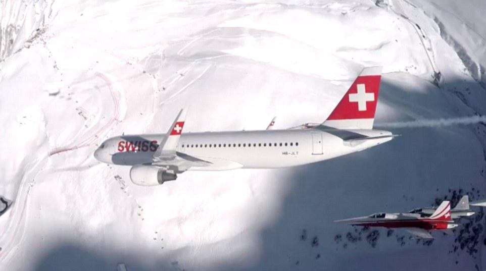 飞机在雪白山岭上高速飞翔