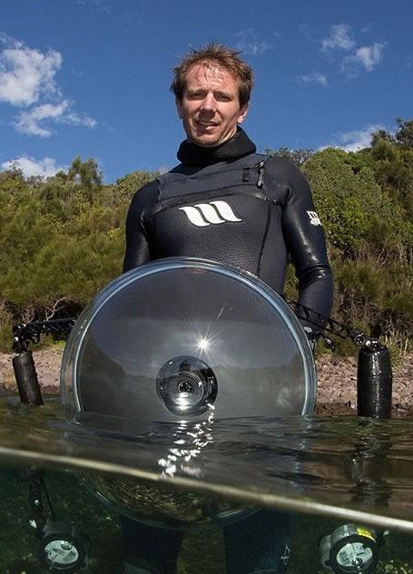 史密斯为了拍摄到蓝瓶水母发出夜光,多次被螫伤。