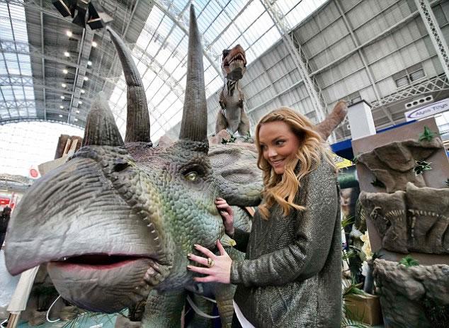 恐龙随生物进化,体形亦有变大。图为恐龙模型。