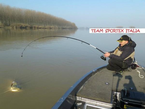 意大利男子只用钓竿便钓起120.7公斤重巨鲶鱼