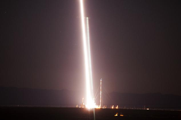 此次宇航局的探空火箭从新墨西哥州的白沙导弹武器试验场发射升空,时间是当地时间的清晨5:26。在接下来的20分钟里,初生的太阳阳光照射到火箭喷出的尾迹上,天空中出