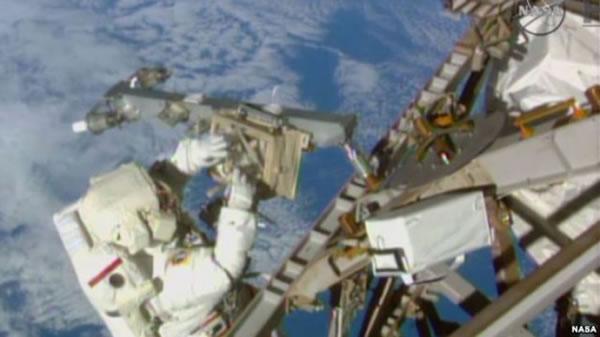 特里·维尔茨在太空完成了架设天线等任务(美国航天局视频截图)