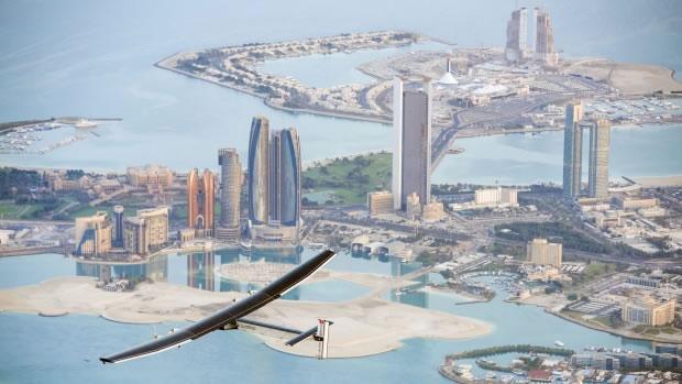 """瑞士太阳能飞机""""太阳脉动二号""""(Solar Impulse 2)在阿联酋顺利完成第3次试飞"""