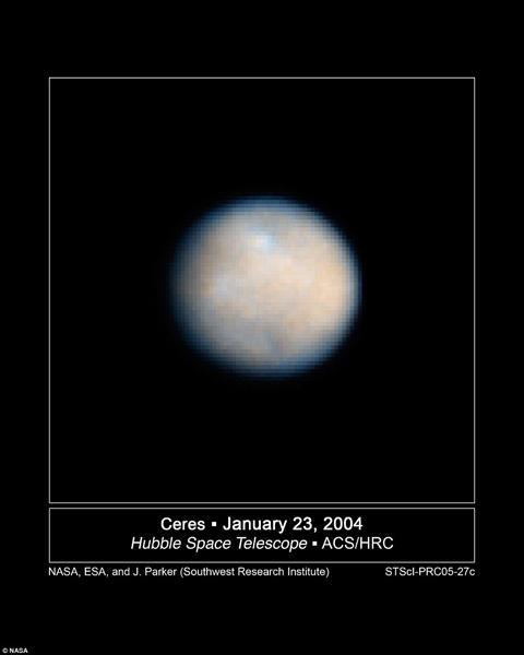 在黎明号飞船抵达谷神星之前,还对灶神星进行了飞掠观测。相比较而言,灶神星上的亮点显然没有谷神星来得多,灶神星的直径大约在500公里左右,而谷神星的直径达到了95