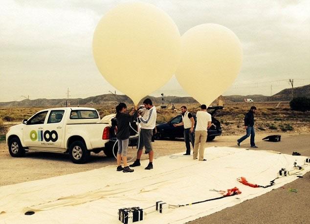 研究人员测试搭载摄录机的气球升空