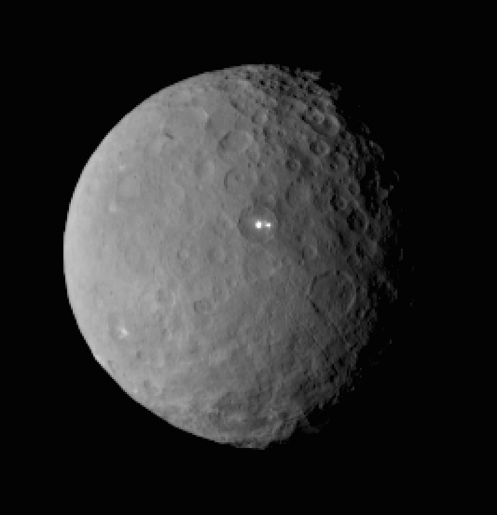 """科学家希望""""黎明""""号探测器能够揭示谷神星上两个神秘亮斑的秘密。"""