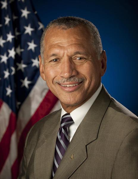 今天的美国宇航局局长是查尔斯•博尔登。在过去的100年里,美国宇航局实现了载人登陆月球的壮举,下一个目标将是2020年代登陆小行星,2030年代载人