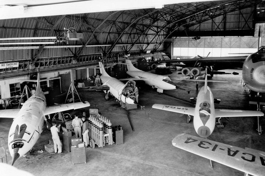 美国宇航局成立之初也继承了航空咨询委员会的辉煌成果和一群敬业的员工队伍,1958年10月1日,数千名顶尖的航空工程师致力于让人类飞得更高、更快,包括飞出地球大气