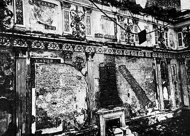 """纳粹德军当年大肆抢掠,""""琥珀厅""""终毁于一旦。"""