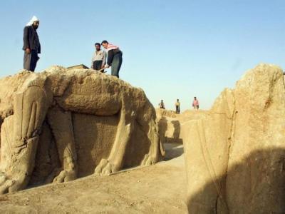 伊斯兰国武装分子正毫不留情地毁灭伊拉克的文化瑰宝——古城尼姆鲁德