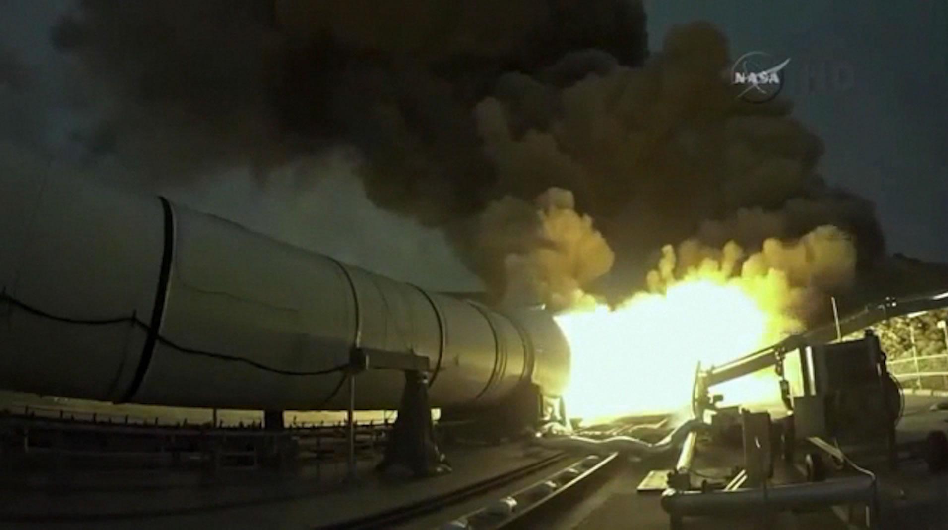 """美国航天局成功试射新型运载火箭""""太空发射系统""""(Space Launch System)"""