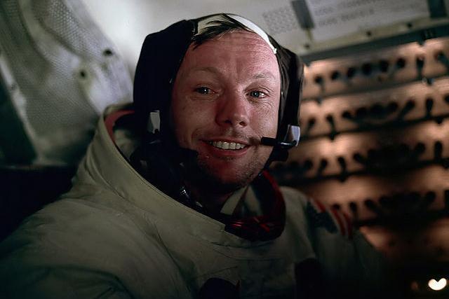 登月即将结束时,同组宇航员拍摄的阿姆斯特朗照片