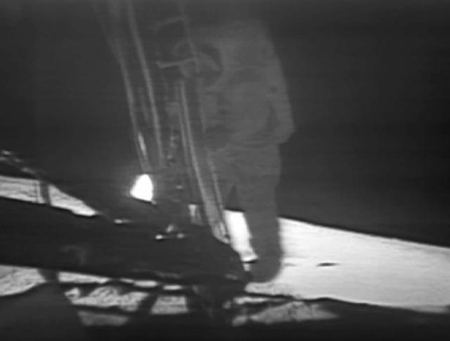即将踏上月球的阿姆斯特朗