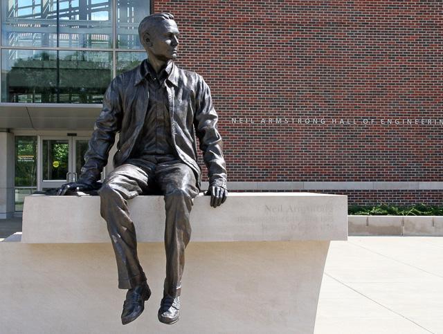 尼尔·阿姆斯特朗在普渡大学内的铜像