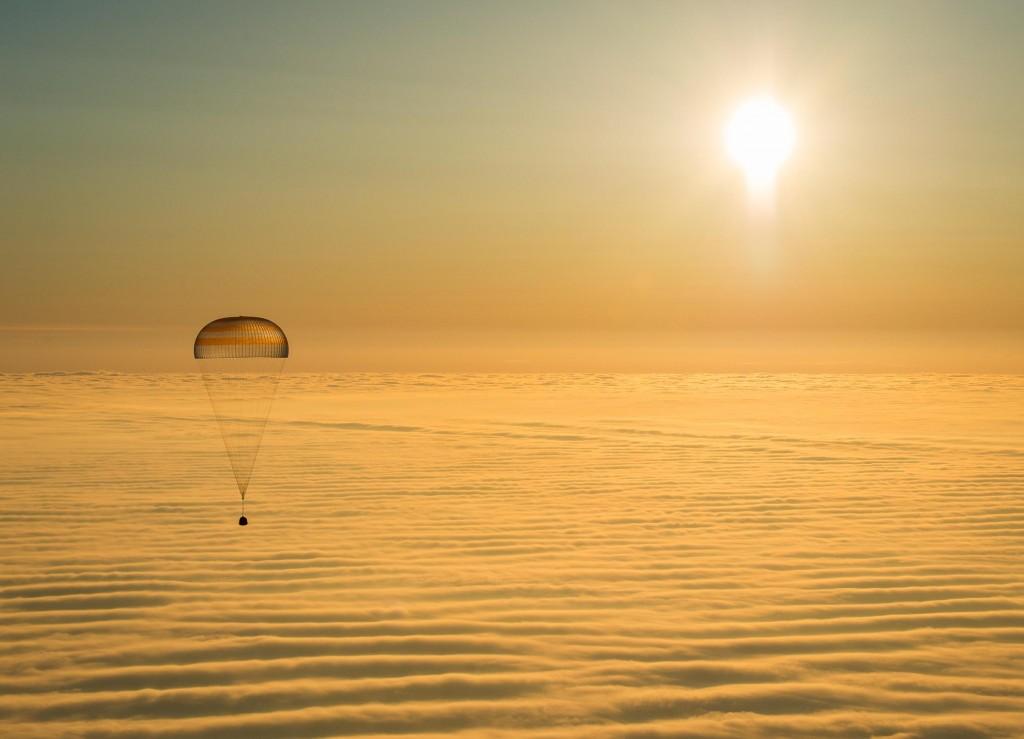 国际太空站的太空人在太空中工作了半年后,搭乘联盟号太空船在哈萨克安全着陆。 Photograph by Bill Ingalls, NASA