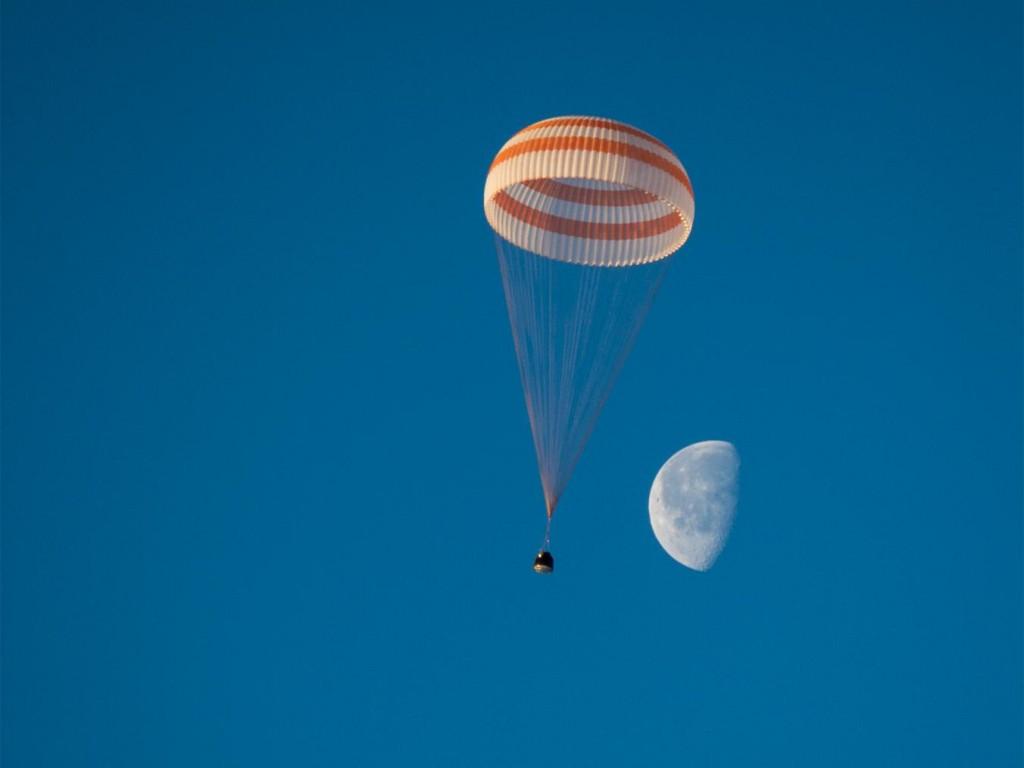 飘过月球:周三早晨,联盟号太空船在哈萨克接近地球时,月亮还在空中。